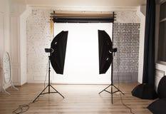 Interno vuoto dello studio della foto con fondo bianco Fotografie Stock