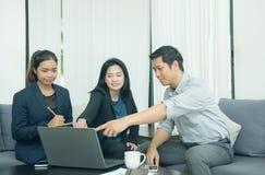 Internos bonitos do negócio que escutam seu líder da equipa Imagens de Stock
