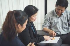 Internos bonitos do negócio que escutam seu líder da equipa Foto de Stock Royalty Free
