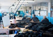 Internos en el taller de costura de la prisión Foto de archivo libre de regalías