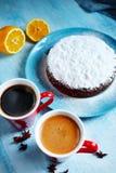 Intero biscotto spruzzato con zucchero in polvere sul piatto blu Fotografia Stock