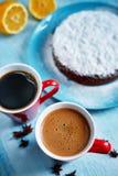 Intero biscotto spruzzato con zucchero in polvere sul piatto blu Fotografie Stock Libere da Diritti