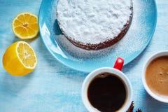 Intero biscotto spruzzato con zucchero in polvere sul piatto blu Fotografia Stock Libera da Diritti