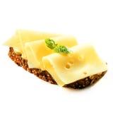 Intero pane del grano con gouda affettato Fotografia Stock
