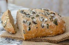 Intero pane del grano con i semi del girasole, i semi di zucca e il gra immagine stock libera da diritti