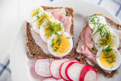 Intero pane del grano con l'uovo, erba cipollina Fotografia Stock Libera da Diritti
