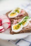 Intero pane del grano con l'uovo, erba cipollina Fotografie Stock Libere da Diritti