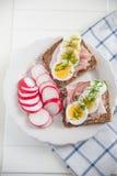 Intero pane del grano con l'uovo, erba cipollina Fotografia Stock