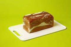 Intero pane di segale sano fresco del grano su verde Immagini Stock Libere da Diritti