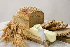 Intero pane sano del grano con burro Fotografia Stock Libera da Diritti