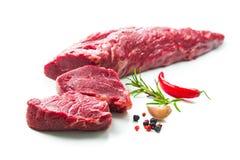 Intero pezzo di filetto con le bistecche e le spezie i pronta da cucinare Fotografie Stock Libere da Diritti