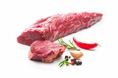 Intero pezzo di filetto con le bistecche e le spezie i pronta da cucinare Immagine Stock