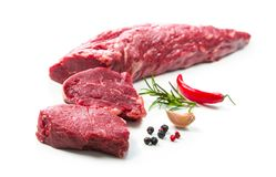 Intero pezzo di filetto con le bistecche e le spezie i pronta da cucinare fotografia stock libera da diritti
