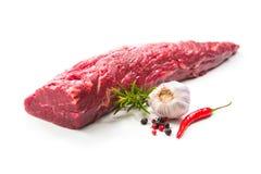 Intero pezzo di filetto pronto da cucinare su backgr bianco Fotografie Stock Libere da Diritti