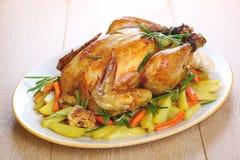 Intero pollo arrostito immagini stock libere da diritti