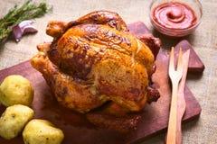 Intero pollo arrostito Immagini Stock