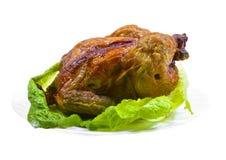 Intero pollo arrostito con insalata immagine stock