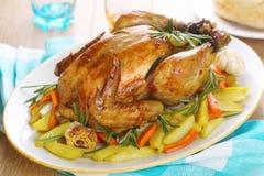 Intero pollo arrostito con le verdure Immagini Stock
