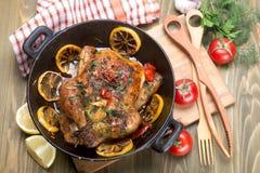 Intero pollo arrostito con le verdure Fotografia Stock Libera da Diritti