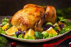 Intero pollo arrostito per il Natale fotografia stock libera da diritti