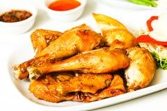 Intero pollo arrostito servito con salsa piccante Fotografia Stock