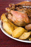 Intero pollo arrostito su una zolla Fotografie Stock