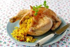 Intero pollo arrosto farcito con riso al curry e l'uva sultanina, fuoco selettivo Fotografia Stock Libera da Diritti