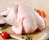 Intero pollo crudo fotografie stock