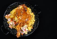 Intero pollo del bambino arrostito spezia con riso aromatizzato in un piatto servire immagine stock libera da diritti