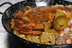 Intero pollo del bambino arrostito spezia con riso aromatizzato in un piatto servire fotografia stock