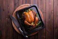 Intero pollo/tacchino arrostiti per la celebrazione e la festa Natale, ringraziamento, cena di notte di San Silvestro Immagini Stock Libere da Diritti
