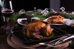 Intero pollo/tacchino arrostiti per la celebrazione e la festa Natale, ringraziamento, cena di notte di San Silvestro Fotografie Stock