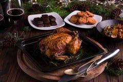 Intero pollo/tacchino arrostiti per la celebrazione e la festa Natale, ringraziamento, cena di notte di San Silvestro Immagini Stock