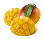 Intero taglio del mango servito isolato su fondo bianco immagini stock