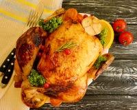 Intero tradizionale del pollo fritto lustrato ha preparato, saporito cucinato su fondo di legno fotografie stock libere da diritti