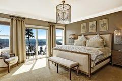 豪华卧室interor有从甲板的风景看法 库存图片