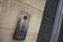 Interphone sur une façade photos stock