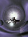 Interplanetarisches Raumschiff, das einem purpurroten Wormhole sich nähert Lizenzfreie Stockfotografie