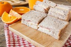Interpone di recente il prosciutto ed il formaggio con l'arancia fresca Immagine Stock Libera da Diritti