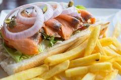 Interponga il tonno con le patate fritte, punto del fuoco selettivo Immagine Stock