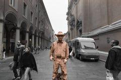 Interprète d'art de rue de cowboy à Bologna Italie image libre de droits