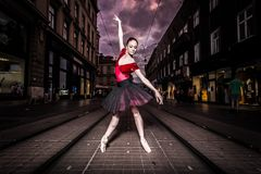 Interprète de ballerine dans la ville Photo stock