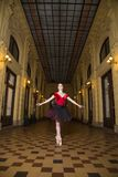 Interprète de ballerine dans la ville Image stock