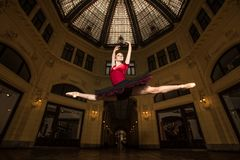 Interprète de ballerine dans la ville photo libre de droits