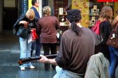 Interprète de guitare de rue Images libres de droits