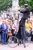 Interprète de rue avec le vélo spécial Images stock