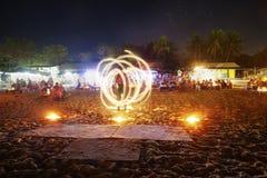 Interprète du feu à une partie de plage d'île images libres de droits