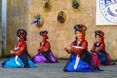 Interprète féminin de danse coréenne traditionnelle Photos stock