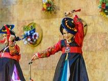 Interprète féminin de danse coréenne traditionnelle Images stock