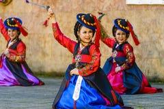 Interprète féminin de danse coréenne traditionnelle Photographie stock